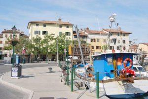 Starý prístav s rybárskymi člnmi na ostrove Grado v Taliansku