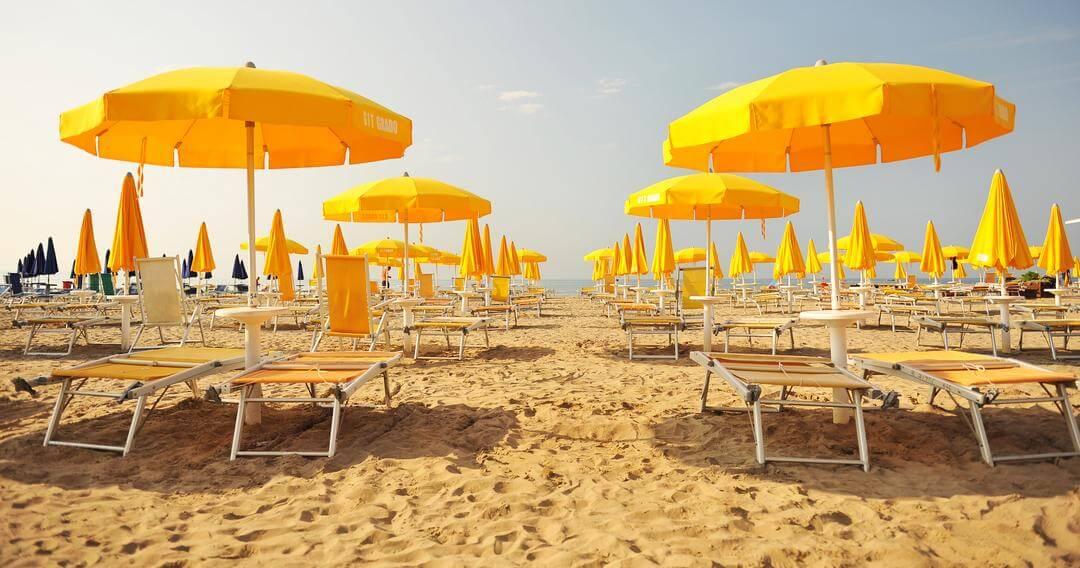Slnečníky na pláži na ostrove Grado v Taliansku