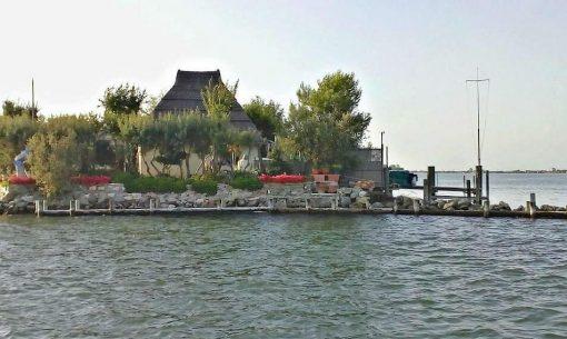 Malý ostrov so starým casone v lagúne talianskeho Grada