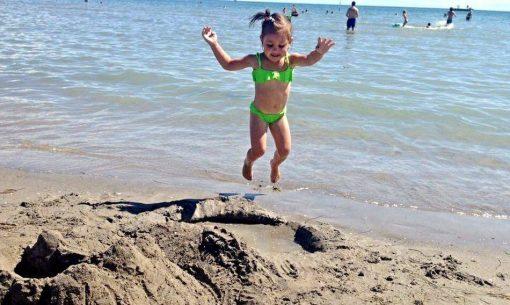 deti na pláži v talianskom Grade